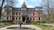 Historische Gebäude am Weg