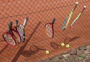 Tennis 2016 - FPA - Schläger im Zaun